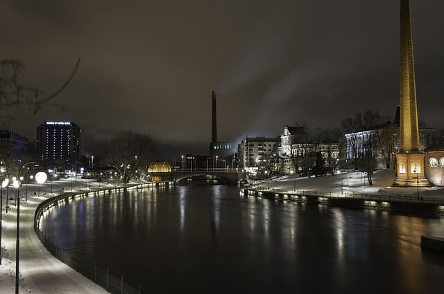 Kuvassa iltanäkymä Tammerkosken yli Tampereella
