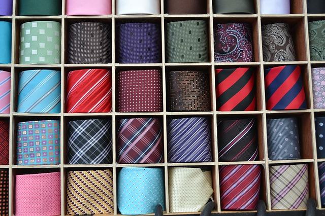 Kravatit hyllyssä
